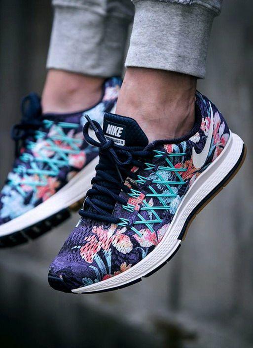 cfff9cbdd2 A tavasz megunhatatlan és örök trendje a virágok megjelenése az  öltözködésben. Ha szereted a különleges cipőket, akkor válassz egy igazán  egyedi, ...